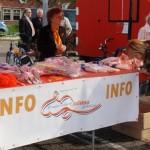 De kraam van de Oranjevereniging vol met ballonnen, toeters en vlaggetjes